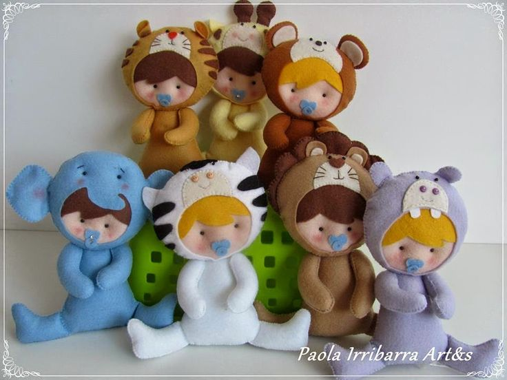 Felt dolls and clothes. Several different patterns that are also inckuded that are different than the ones pictured. Amigas do Feltro: Atualizando Moldes do Blog.Visite a minha fanpag no facebook Lá tem mais...