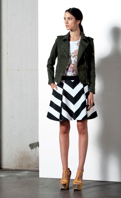 Look 05 . 532J Giubbotto / Jacket . 104 T.Shirt . 702 Gonna / Skirt . 204P Scarpa / Shoes