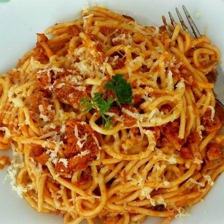 Spagetti paradicsomos tonhallal