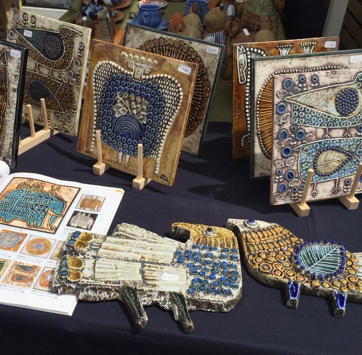 スウェーデンの陶芸家、Lisa LarsonデザインのUNIKシリーズ。約23cm×約23cmの正方形のUNIKは、9種類のデザインがありますが特別に製作された限定カラーが多数、存在します。今回、デザインやお色違いで20枚以上の陶板をもって行きます。1967-86年、Gustavsberg製、Made in SWEDEN. 販売価格:25,000円~43,200円(税込)<ten kara ten>