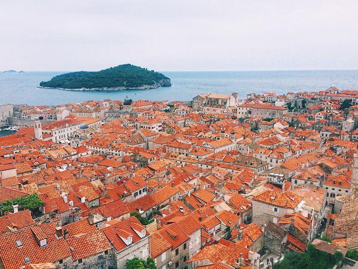 Todo o centro histórico de Dubrovnik é cercado por muralhas, passeamos por ela e foi incrível, a cidade inteira é maravilhosa! @aricretella Dubrovnik - Crocia - croatia - sea - house - photo - dicas de viagem - o que fazer na croacia - blog de viagem - travel tip - travel blog