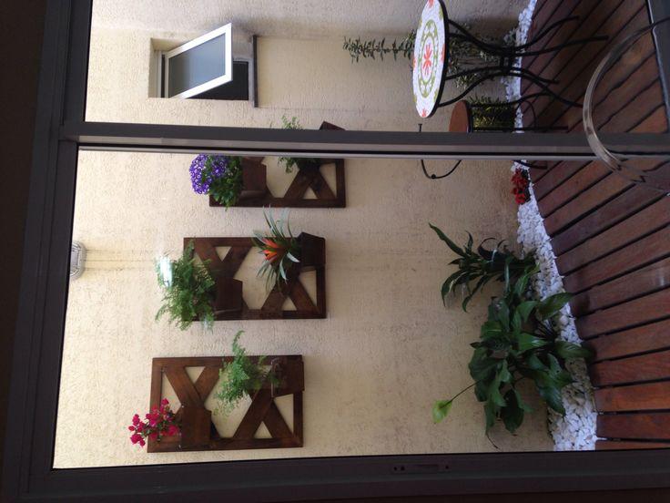Jardim de inverno com jardim vertical e mesa de mosaico!!
