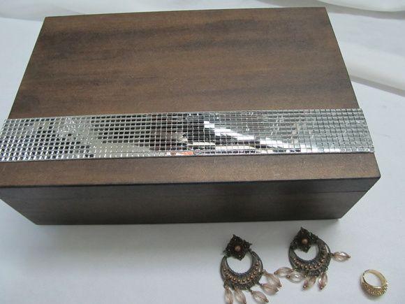 Esta linda caixa de mdf para biju/jóias, foi decorada na técnica envelhecida, com faixa de espelho e seu interior flocada com pó de camurça para proteção de suas peças.    Possui uma bandeja com 9 divisórias, um porta anel, e na parte inferior 4 divisórias. R$ 110,00