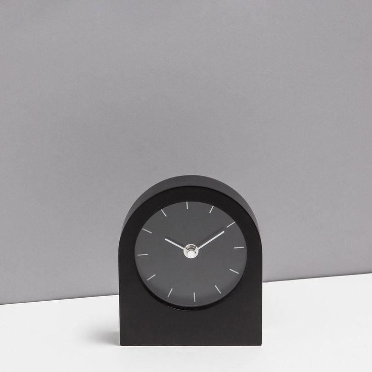 Изображение 1 товара Черные часы с лакированной отделкой