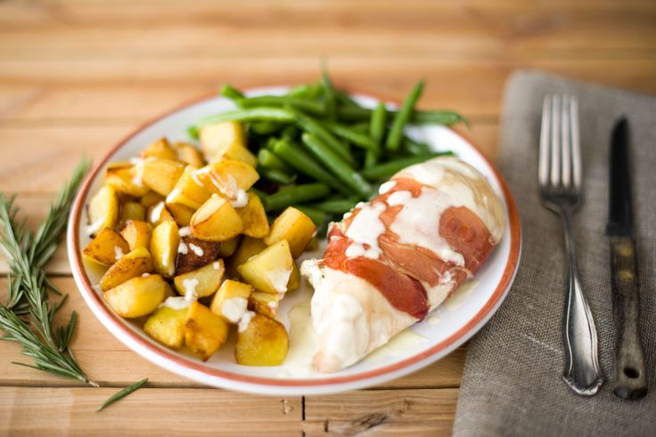 Gefüllte Hähnchenbrust im Prosciutto-Mantel mit knusprigen Kartoffelwürfeln und grünen Bohnen
