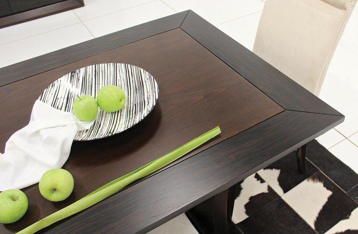 Σετ τραπεζαρίας κατασκευασμένο από φυσικό ξύλο καρυδιάς και έβενουπου αποτελείται από:Τραπέζι διαστάσεων 2,00χ1,00 με ένα φύλλο προέκτασης 45cmΜπουφές 1,95χ0,50χ0,90 που συνοδεύεται από δύο καθρέπτες συνολικών διαστάσεων 1,10χ0,60Βιτρίνα φωτιζόμενη με σποτ διαστάσεων 1,90χ1,00χ0,45.