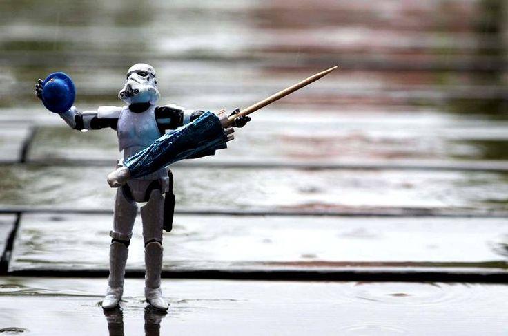 Quand il pleut, les Stormtroopers peuvent se la jouer «chantons sous la pluie» ou...