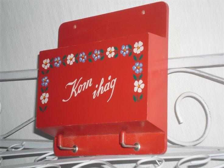 Annons på Tradera: Äldre röd kom ihåg hylla fack nyckelhängare brevhylla räkningsställ krokar retro