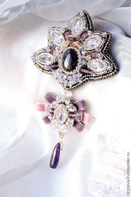 Брошь `Anastasia`. Роскошная, бледно-сиреневая, сиреневая брошь 'Anastasia' в ручной вышивке с аметистом и кристалами Сваровски. Также здесь чешские кристаллы, чешский бисер, тохо бисер, бархат.