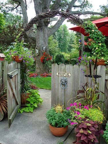 A garden arch that looks great with or without vines   Backyards Click                                                                                                                                                     Más