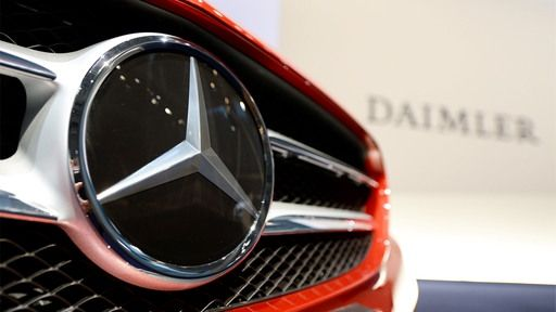"""Die Stuttgarter Staatsanwaltschaft hat wegen möglicher Diesel-Abgasmanipulation mehrere Standorte von Daimler durchsucht. Im Fokus stehen """"bekannte und unbekannte Mitarbeiter"""" des Unternehmens."""