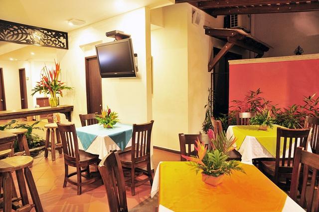 Nuestra zona de restaurante con una decoración fresca y tranquila.