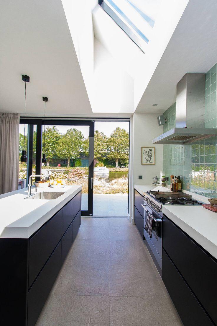 Woning te Vreeland: Modern Keuken door ScanaBouw BV