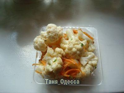 Маринованная цветная капуста(по-корейски) : Люблю готовить Нам понадобится:  капуста, морковь, чеснок, уксус, сахар, соль, приправа для корейской морковки(можно заменить молотым кориандром), петрушка.