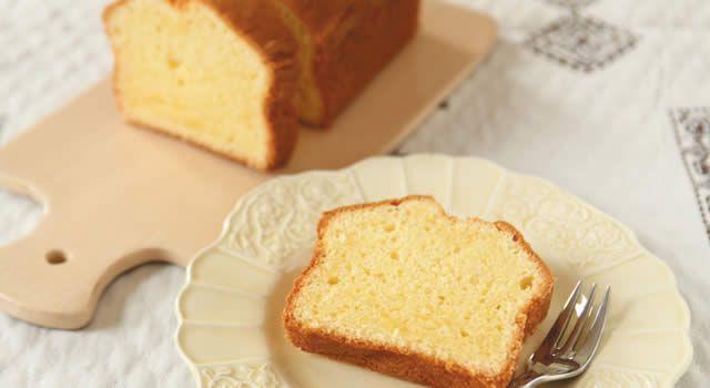 基本のパウンドケーキのレシピ。材料はバター(無塩)、砂糖、卵、薄力粉など。作り方だけでなく、全レシピにカロリーや栄養価情報つきでダイエットや健康管理に便利!基本のパウンドケーキの簡単おいしいプロの技やコツも!
