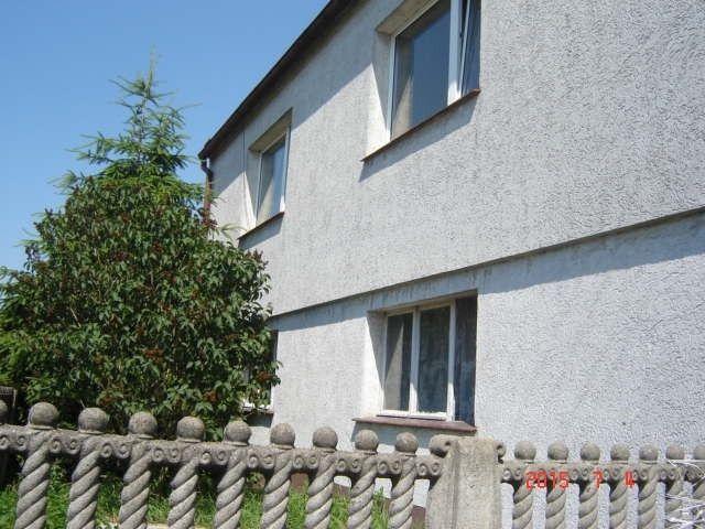 Na sprzedaż dom w Kluczewie, niedaleko Przemętu, nieruchomość składa się z działki o powierzchni 3400 m2 na której usytuowany jest dom jednorodzinny, wolnostojący, z dwoma wejściami (z przodu i z tyłu), dom składa się z 3 pokoi, kuchni, skrytki, łazienki, werandy, cały dół domu jest do zagospodarowania według własnego pomysłu, w skład nieruchomości wchodzi budynek gospodarczy, duża stodoła, za stodołą pusta, duża część działki, całość jest zagospodarowana.