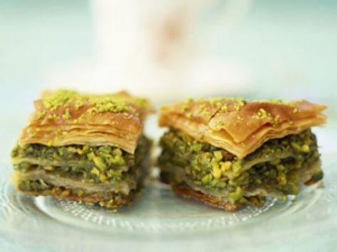 Kennen Sie Baklava? Die türkische Spezialität schmeckt süß und nussig. EAT SMARTER verrät Ihnen, wie Sie Baklava selber machen können. Hier klicken!