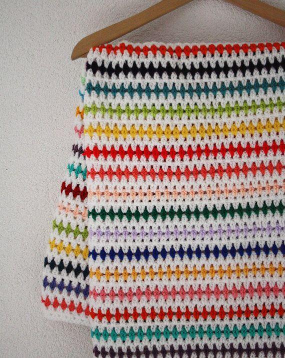 Gehaakte deken, gestreept: wit en alle kleuren van de regenboog