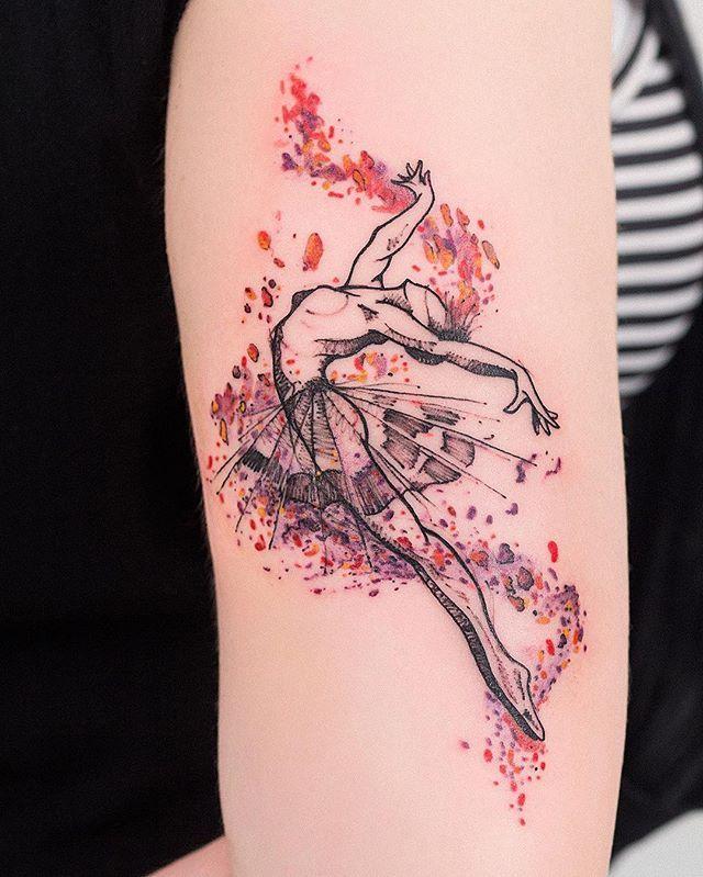 Robson Carvalho  (@robcarvalhoart) on Instagram: Bailarina no braço da Juliana. ❤️ Recebi a missão de criar uma tattoo que representasse a paixão dela pela dança, e me inspirei na leveza e no movimento para transmitir a essência que a define. @hey_jubs obrigado por confiar no meu trabalho e ter aceito minhas sugestões. Eu e o Tchi amamos te conhecer, amamos as musicas e as conversas, volte mais vezes! ❤️ #bailarina #tatuagem #dança #ballet #tattoofeminina #watercolor #aquarela…