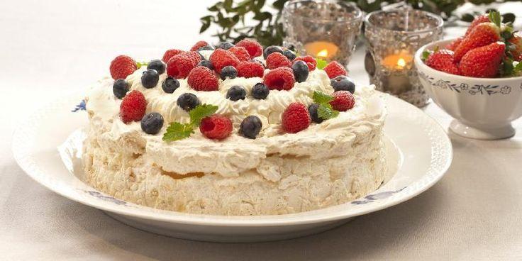 Pavlova er en klassiker på ethvert kakebord til fest. Det er egentlig mye egg i pavlova, men Sissel Brustad i MinMat har utviklet en variant av kaken som også eggallergikere kan spise.