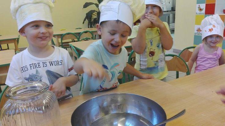 """""""Biedronki"""" przygotowują roztwór do kiszenia ogórków :)  http://www.przedszkoleswiatdziecka.edu.pl/"""