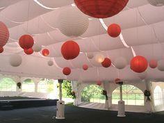 Delicada y ágil decoración de techos con telas.
