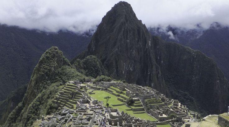 """Reporter Charlotte: """"Zou het dan echt zo mooi zijn als ze zeggen? Als de Machu Picchu achter de berg vandaan rijst, wordt ik even stil van binnen. Er is geen woord gelogen."""""""