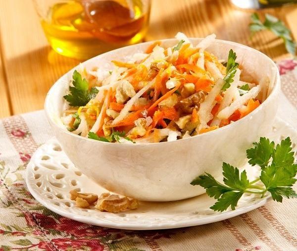 Салат 1 зеленое яблоко  2 моркови  1,5 ст. л. жидкого меда 2 ст. л. оливкового масла 1 ч. л. сока лимона  50 г рубленых грецких орехов 0,5 ст. л. тертой цедры лимона зелень петрушки  соль зелень для украшения