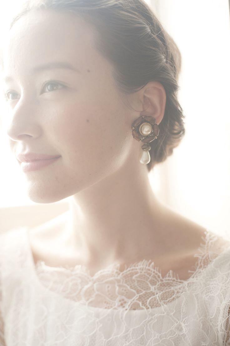 ナチュラルドレスの花嫁ならこんなウッディーなピアスはいかが? パールとのMIXならカジュアルになりすぎないのもポイント。
