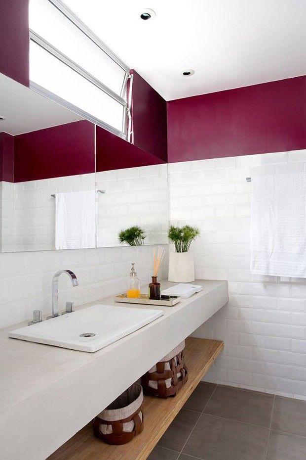 O banheiro também ganhou piso Portobello New York Cement 4545 e cerâmica Metro White 10x20 Eliane Revestimentos. Bancada…