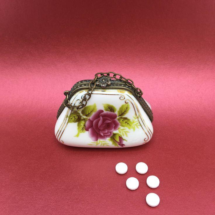 It bag! Pilulier boîte à pilule porcelaine d'art faïence céramique ouvragée petit sac à main. Pour mettre son faux sucre c'est très chic ! de la boutique LesInsolitesdeNini sur Etsy