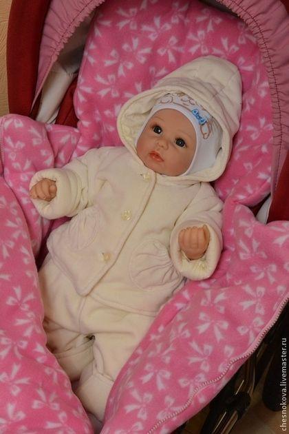 Купить или заказать Спальный мешок в коляску в интернет-магазине на Ярмарке Мастеров. Новорожденные и детки постарше любят по долгу спать на свежем воздухе. И очень важно чтобы им было тепло и уютно. Конверт в коляску - это спальный мешок из флиса , очень мягкого и теплого и гипоаллергенного материала с наружи и утеплителя синтепона внутри. Благодаря застежке молнии удобно укладывать маленького кроху, а когда малыш немного подрастет в нем удобно сидеть .