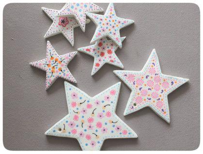 Cela faisait un moment que j'avais envie des ces étoiles colorées que l'on voit souvent dans les magazines et sites de déco et que l'on accroche aux poignées de porte. Oui mais voilà, il me fallait trouver de quoi les faire. De la pâte polymère ? La quantité...