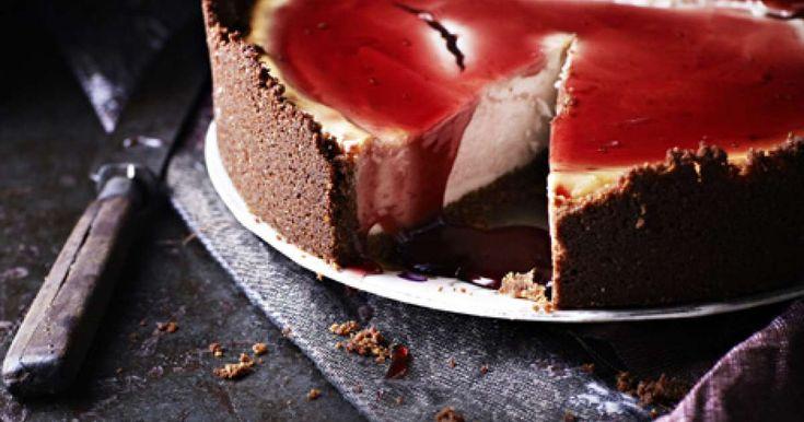 Glögijuustokakku on yhtä aikaa taivaallisen makuinen ja kätevä. Kakku viimeistellään joulunpunaisella ja kauniisti kiiltävällä glögisiirapilla.