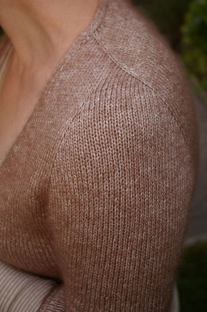 Beautiful sleeves. Ravelry: slanted Sleeven pattern by ANKESTRICK