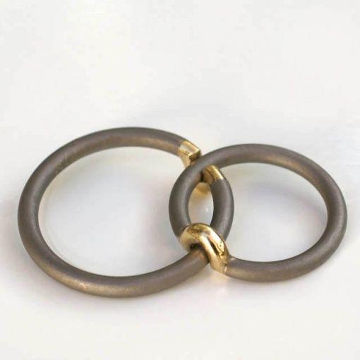 Jacek Byczewski, obrączki ślubne,  Bardzo nietuzinkowe obrączki ślubne! Przygotowane do ceremonii ślubnej leżą złączone ze sobą na tacy.  Obrączki te mogą być wykonane z platyny i złota. Drużyna http://waszeobraczki.pl zawsze była pod dużym wrażeniem obrączk ślubnych Jacka!