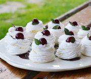 Mini Pavlova cu crema de mascarpone si frisca