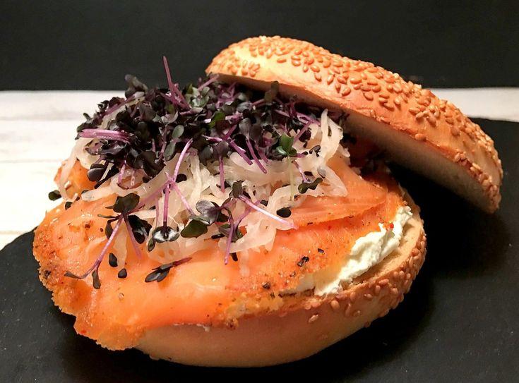 Bagels med røget laks, wasabi-flødeost og lynsyltet kinaradise