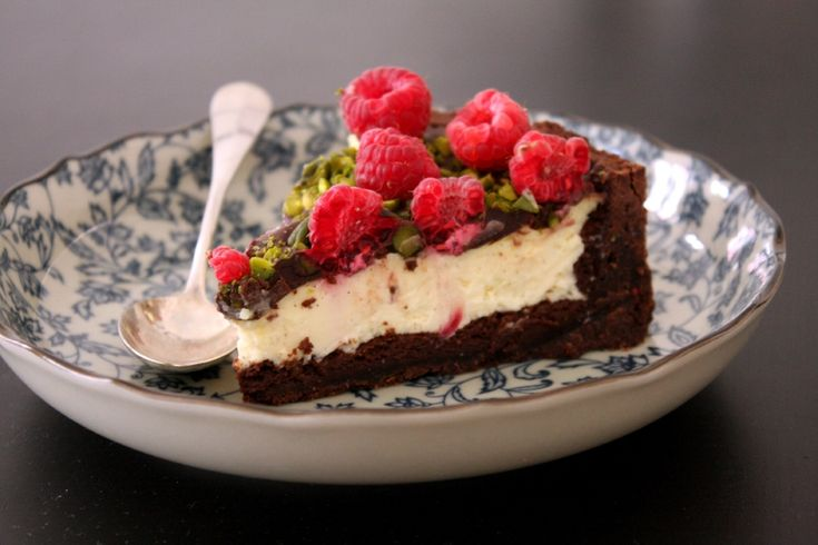 Cheesecake framboises, pistaches et chocolat croquant - Beau à la louche