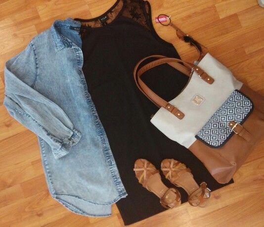 Outfit con vestido negro y camisa Denim