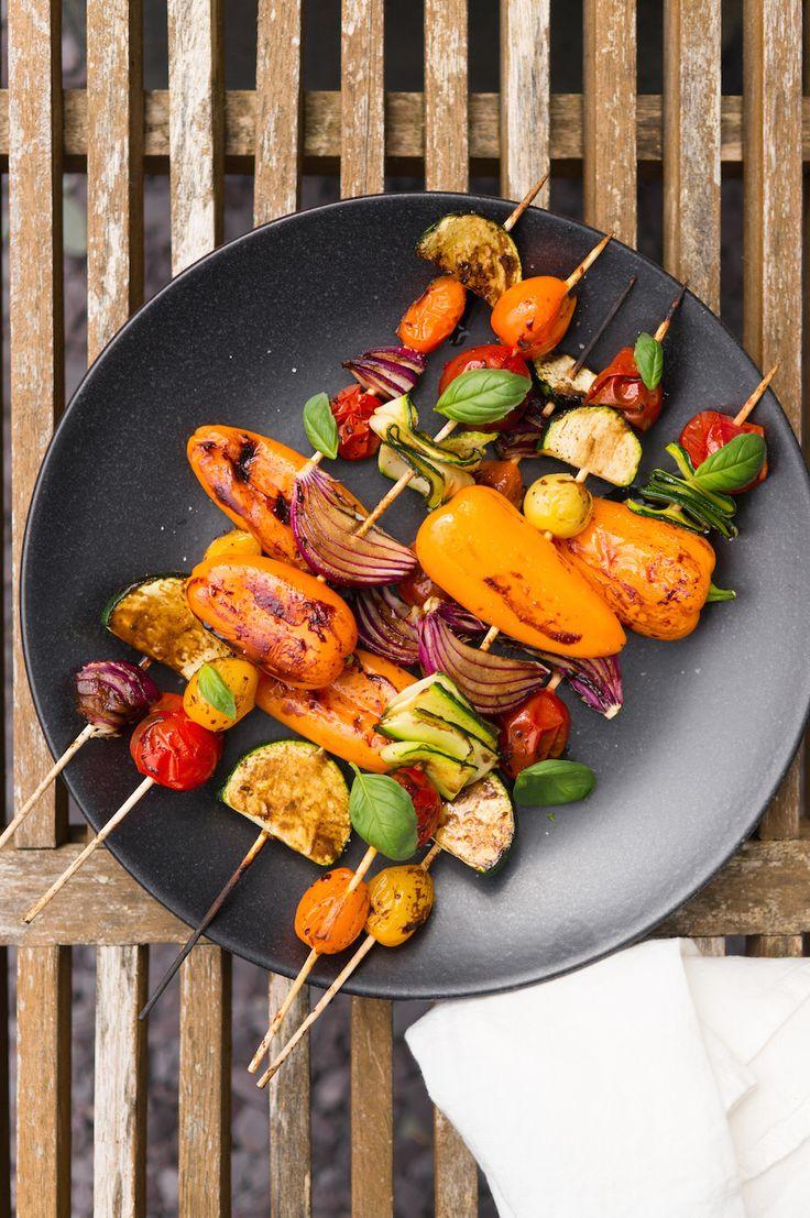 Niemand die echt wild wordt van een groentespiesje op de bbq, toch? Tot nu. Want met dit recept maak je de állerlekkerste groentespiesjes die er zijn.