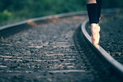 dance photography - en pointe on curved train tracks