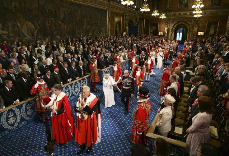 Thronrede: Die feierliche Zeremonie der jährlichen Thronrede beginnt mit der Fahrt von Queen Elisabeth und Prinz Philip vom Buckingham Palast nach Westminster. Das Staatsoberhaupt nimmt im königlichem Ornat auf dem Thron im Oberhaus Platz und verliest die von der Regierung geschriebene Rede mit dem Programm für die nächsten zwölf Monate. Mehr Bilder des Tages auf: http://www.nachrichten.at/nachrichten/bilder_des_tages/cme10133,1072276 (Bild: Reuters)