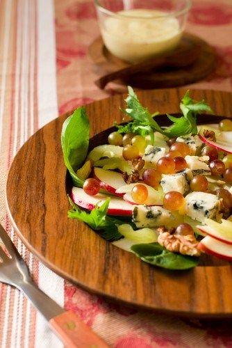 Салат из яблок, сушеной вишни и грецких орехов с заправкой из кленового сиропа и майонеза