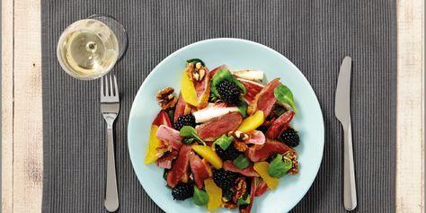Salade met krokante eendenborst, frambozenazijn, sinaasappel, honing, veldsla, bramen en walnoten.