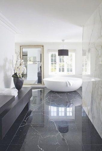 Salle de bain luxe en marbre noir et blanc avec baignoire en îlot ...