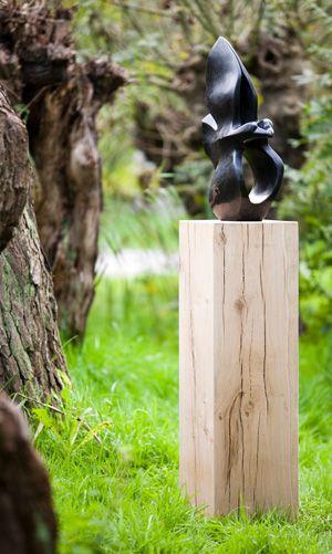 Kunst im Garten natürlich! Diese Beispiel ist ein Eichenholz Sockel von Solits