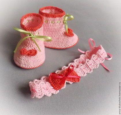 Комплект для новорожденной девочки из нарядных пинеток и повязки, связанных из мягкой хлопковой пряжи. Комплект из пинеток и повязки на возраст 0-3 месяца. Пинетки подойдут для торжественных случаев: подарок на выписку из роддома, на крестины, для фотосессии и т. д.