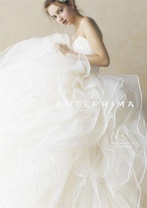 ワイヤーバッグが有名なアンテプリマにウエディングラインがあることをご存知でしょうか?シンプルながらもインパクトのある大人かわいいデザインに注目です!アラサー花嫁さんにもオススメのドレスをご紹介します。