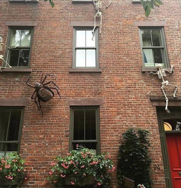 15 instagrams to follow to experience fall in new york fun halloween decorationsbrick buildingred doorsbricksholiday ideasapartmentsnycbearscene